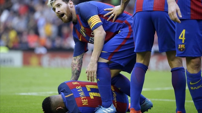 Neymar, atendido por Messi, se lamenta del lanzamiento de la botella en Mestalla.