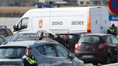 Policías belgas patrullan en el aparcamiento del centro comercial de Amberes donde un hombre ha intentado arrollar a la multitud.