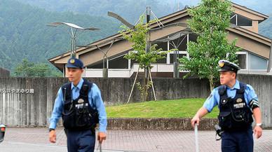 Agentes de polic�a patrullan ante el centro para discapacitados ps�quicos donde se ha producido el ataque.