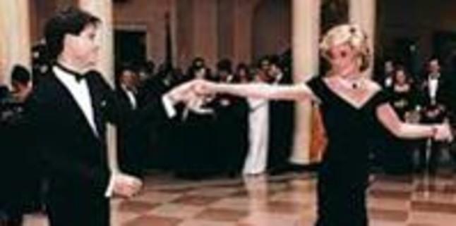 Sale a subasta el vestido con el que Lady Di bail� con John Travolta