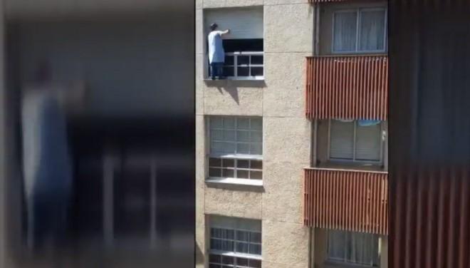 El ama de casa coruñesa que limpia las persianas de su piso desde la cornisa sin sujeción justifica su acción.
