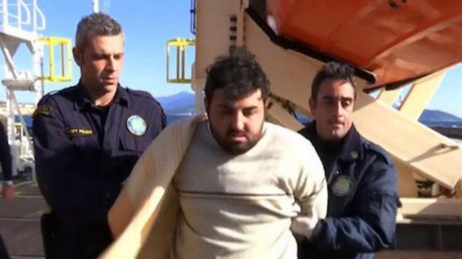 Guardacostas griegos obligan a un traficante de refugiados a ver los cad�veres de los tres ni�os ahogados al hundirse la embarcaci�n que pilotaba.