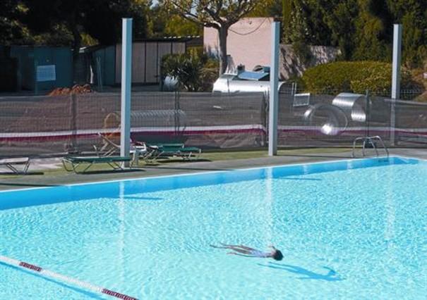 Pol mica obra en la piscina de la ub en pleno verano for Polvo en la piscina
