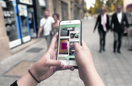 Una usuaria consulta la aplicaci�n Wallapop ayer en Barcelona.