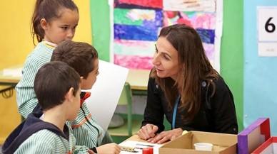 Natàlia Franch, con algunos alumnos de la escuela pública de Prats de Lluçanès.
