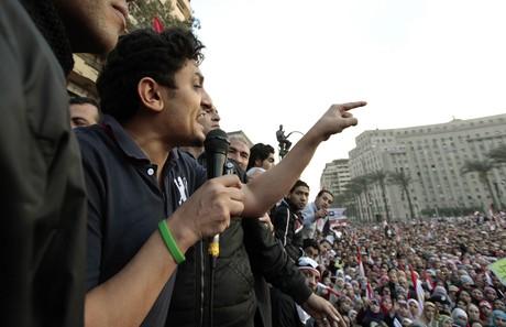 Wael Ghonim se dirige a las masas en Egipto el pasado febrero, durante las revueltas populares contra el régimen de Mubarak.