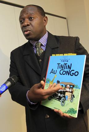 El demandante Bienvenu Mbutu-Mondondo, con un ejemplar de