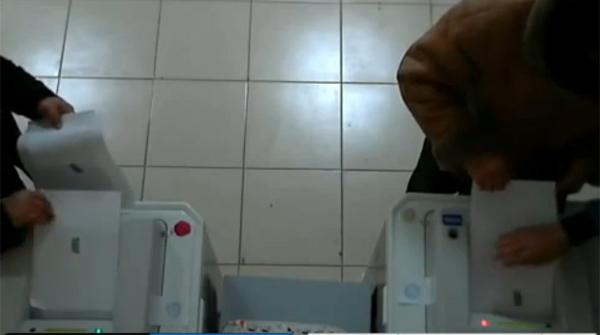 Llenado irregular de urnas en un colegio electoral del Cáucaso ruso.