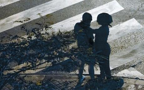 Una prostituta africana ofereix els seus serveis a un home al costat del passeig Marítim, a la Barceloneta, el setembre passat.