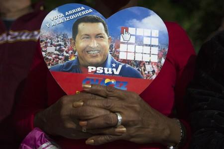 Seguidores de Hugo Chávez han pasado la noche rezando por su salud, en Caracas.