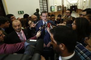 Rajoy atén els mitjans, als passadissos del Congrés, aquest dimecres.