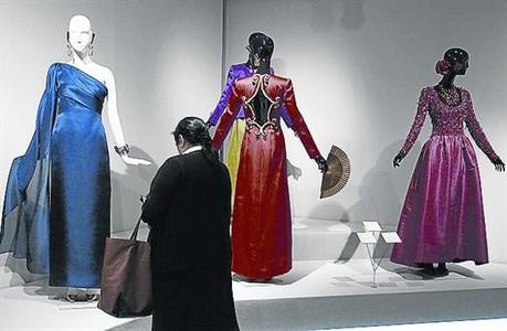 DETALLES 3 De arriba a abajo, Givenchy, en su taller; unos modelos expuestos; y el modisto y Audrey Hepburn. Sobre estas l�neas, el vestido que luci� Jackie Kennedy en Par�s. En la imagen silueteada, el traje de Hepburn en 'Desayuno con diamantes'.