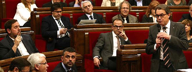 Oriol Junqueras (izquierda) atiende a una intervenci�n de Artur Mas, este mi�rcoles en el Parlament.