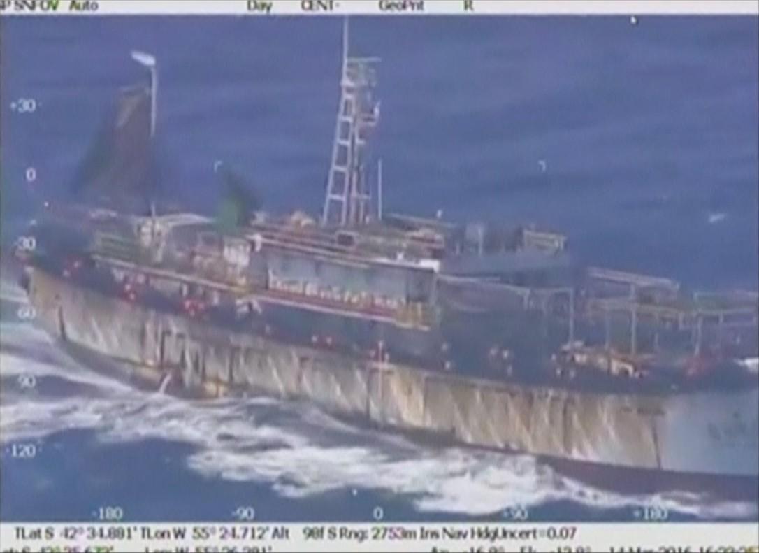 Vista aérea del pesquero chino hundido por la Prefectura Naval argentina.