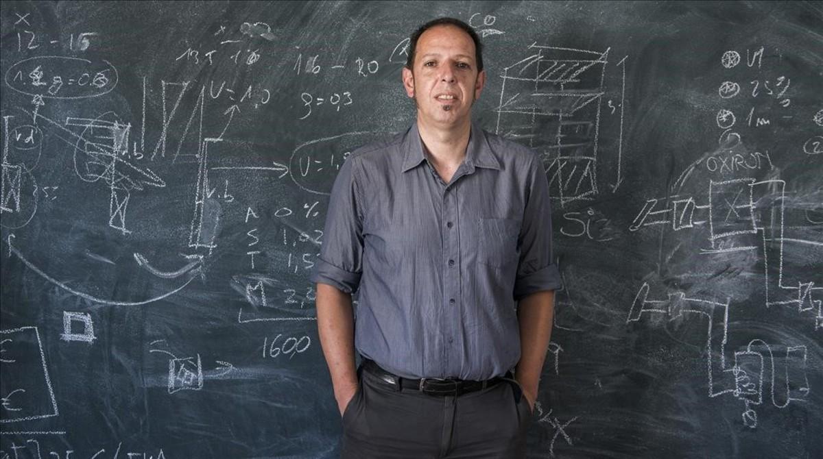 Jordi Pascual, físico y doctor en ingeniería, en una de las salas de Aiguasol.