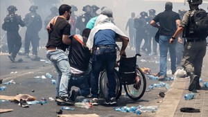 zentauroepp39391874 palestinians lift a man onto a wheelchair during clashes aft170721170317