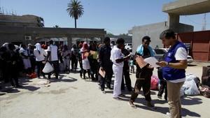 Inmigrantes en el centro de la Autoridad contra la Inmigración Ilegal de Trípoli.