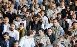 Un grupo de iranís lanza consignas contra Trump, ayer, <br/>durante el rezo del viernes en Teherán.