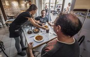 En la foto grande, una mesa del Gelida, con el indispensable porrón. Arriba, los célebres callos del Brusi: el tiempo se ha detenido en la cazuela. Debajo, La Pubilla, una casa de comidas contemporánea.