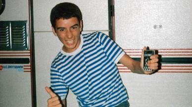 �ltimas vacaciones con padres. 1985, de c�mping. Camiseta surf y cinta en la mano. Melopeas atroces a la vuelta de la esquina.