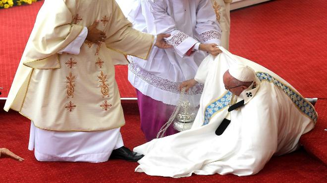 Aparatosa caiguda del Papa durant una missa a Pol�nia.