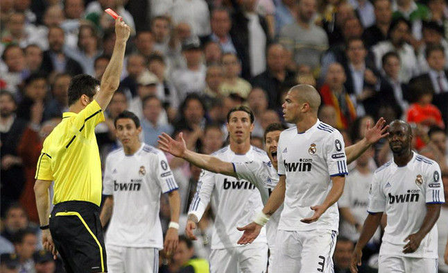 Castigo a la dureza blanca. El árbitro expulsa a Pepe tras una entrada del portugués a Dani Alves en el segundo tiempode la semifinal disputada en el estadio madridista.