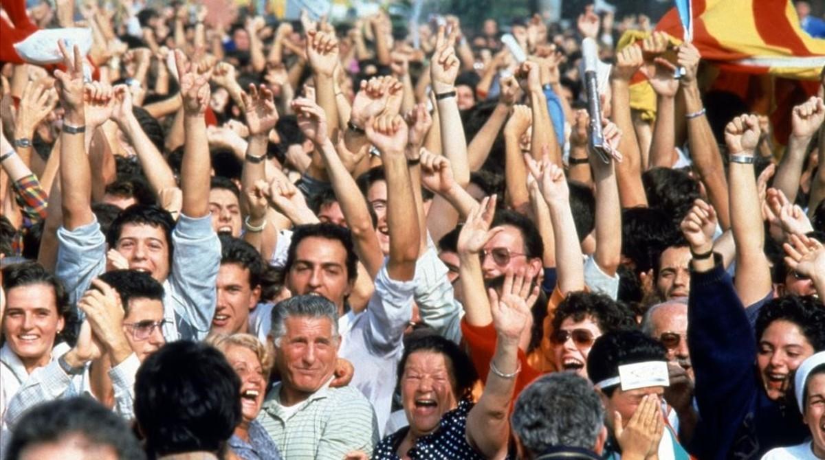 Celebración popular en la Plaça de Catalunya de la nominación de la ciudad de Barcelona como organizadora de los Juegos Olímpicos 1992.