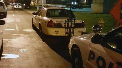 Coches de policías a las afueras del club.