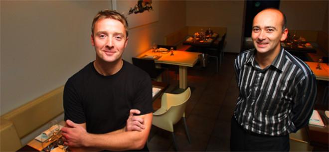 El cocinero irlandés Paul Treacy con uno de sus socios, Josep Luís Sánchez, en el comedor del pequeño restaurante Con gracia. Foto: JOAN CORTADELLAS