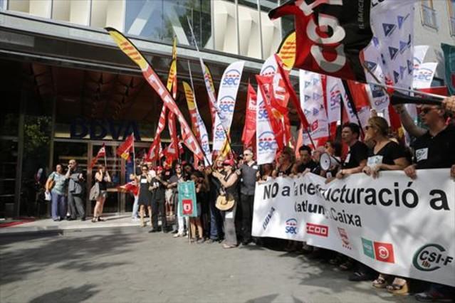Un millar de trabajadores de catalunyacaixa protestan for Bbva oficina central