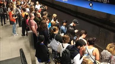 Usuarios del metro, en la estación de La Sagrera