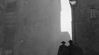 Tres religiosos enfilan la calle del Bisbe a primera hora de la mañana.