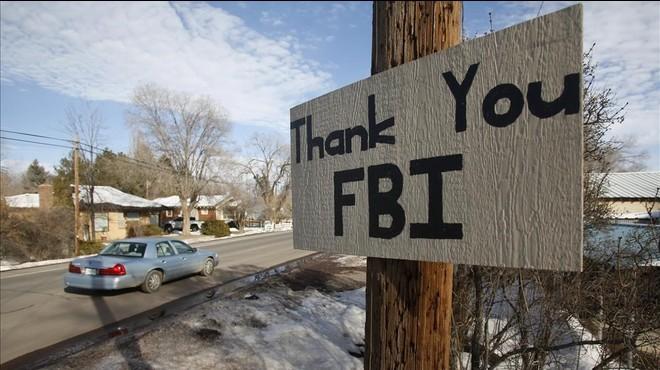 Un letrero colgado cerca del lugar donde se atrincher� el grupo de extrema derecha agradece la acci�n del FBI.