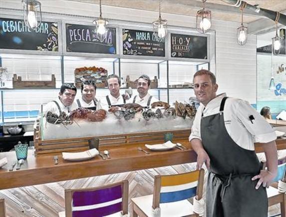 El cocinero César Bellido y algunos miembros de su equipo, en la barra de cebiches.