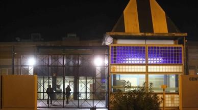 Manifestació nocturna de suport als interns amotinats al CIE de la Zona Franca