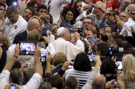 El Papa besa a un ni�o, ayer en el Vaticano, durante una audiencia con la red italiana de Bancos de Alimentos.