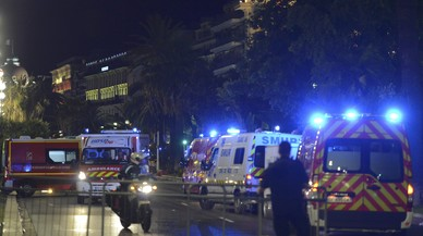 Almenys 60 morts a l'atropellar un camió la multitud a Niça durant la festa nacional, en directe