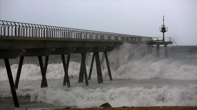 El puente del Petroli, durante el temporal del pasado enero que afectó al litoral de Badalona y de buena parte de Catalunya.