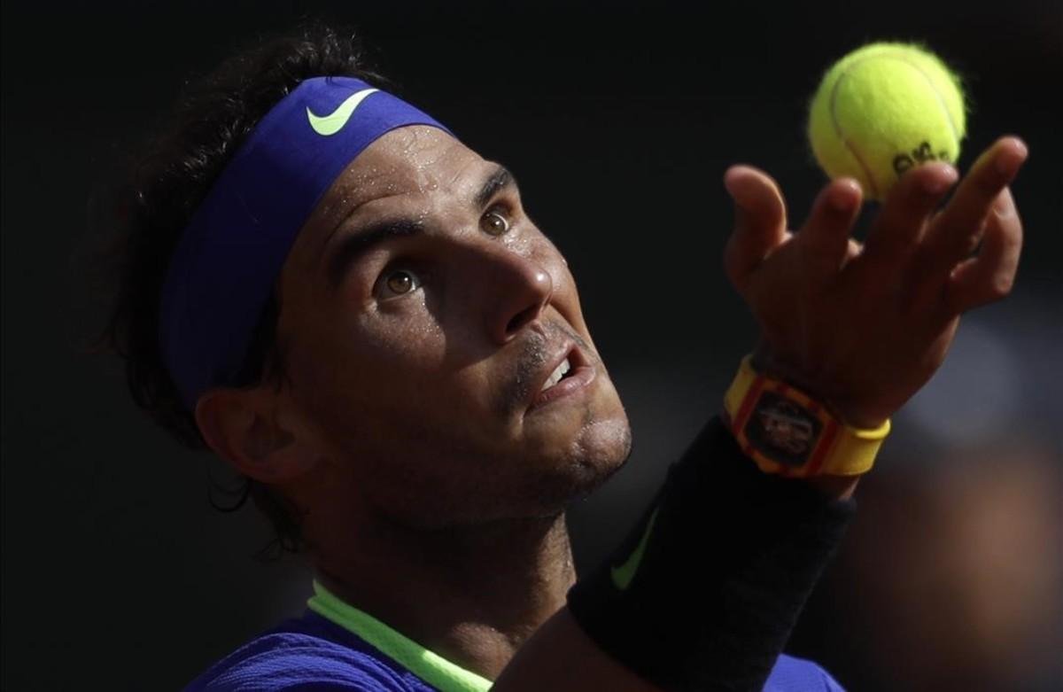 RafaNadal sirve contra el holandés Robin Haase durante su partido en el torneo deRoland Garros en París, Francia.