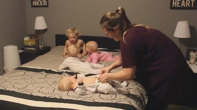 'Time-lapsed' de una madre con cuatro hijos mientras intenta ponerles el pijama