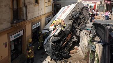 Dos ferits lleus al bolcar un camió al centre de Tarragona