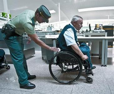 Manel Romero, de la Fundació ONCE, i un agent de la Guàrdia Civil mostren el nou sistema, ahir.