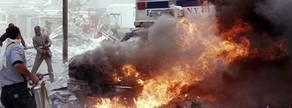 Imatge d'una ambulància cremant a prop de les torres bessones l'11 de setembre del 2001.