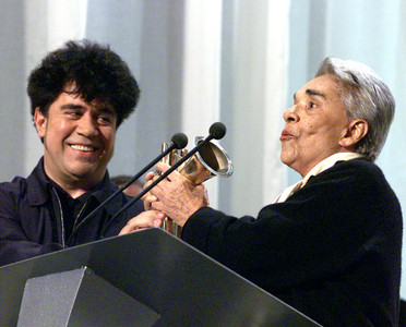 Pedro Almodvar entrega un premio a Chavela Vargas, en abril de 1999. 