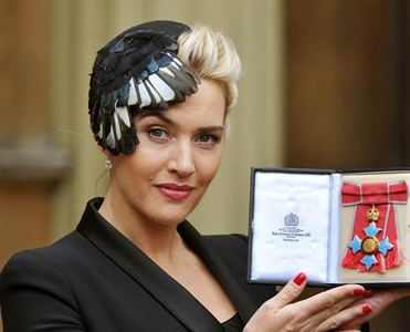La actriz Kate Winslet, durante la ceremonia de investidura celebrada en el palacio de Buckingham.