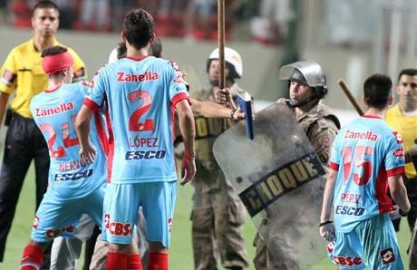 Jugadores del Arsenal se enfrentan a la policía.
