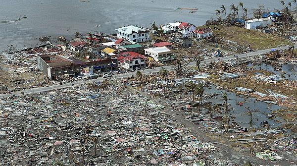 Los destrozos del tifón Haiyan en Tacloban vistos desde el aire