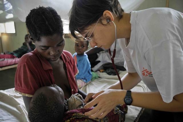 Médicos sin fronteras: doctora atiende a niña con malaria.