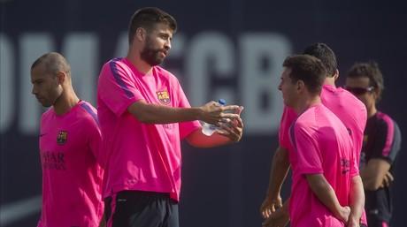 Piqu� charla con Messi durante el entrenamiento.