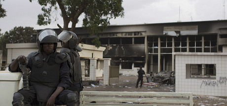 La guardia nacional custodia el edificio del Parlamento de Burkina Faso, ayer, en Uagadug�.